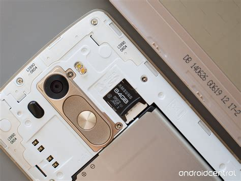 How to insert and replace the SD card on the LG G3