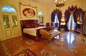 Versace mansion: Yours for around £16m at auction (an 80%